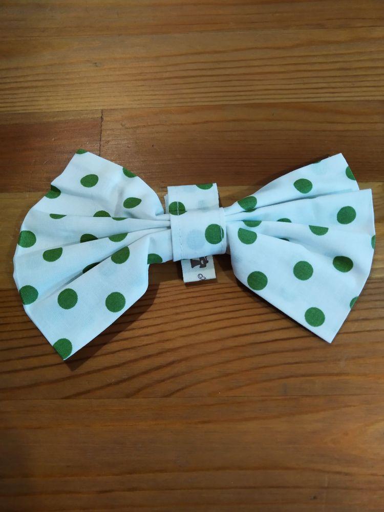 Motýlek - bílý se zelenými puntíky